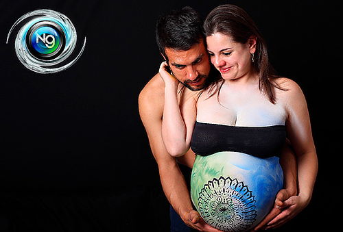 Foto Estudio de Body Paint Neon Para Embarazadas Orquideas