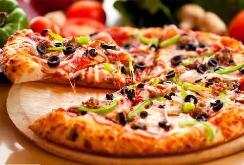 Pizza+Ensalada ó papas a la francesa+Agua del día para 2 ó 4