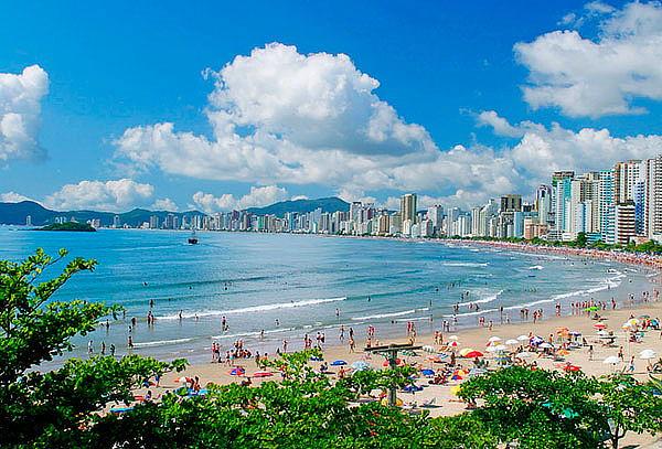 Verano en Camboriu vía LAN: Ticket, Hotel 1/2 Pensión y Más