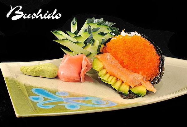 Sushi Bushido para 2: Entrada + 3 Rolls + Postre + Bebidas