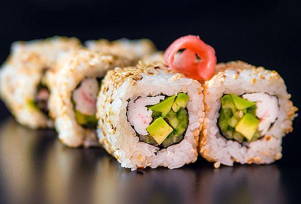 80 piezas de sushi + 10 bokkados brasileños.