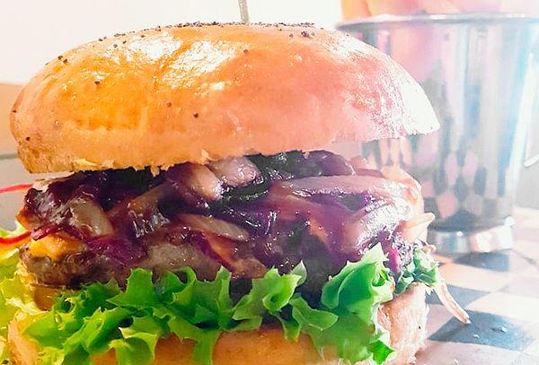 MOGAMBO: 2 sándwiches o hamburguesas a elección.