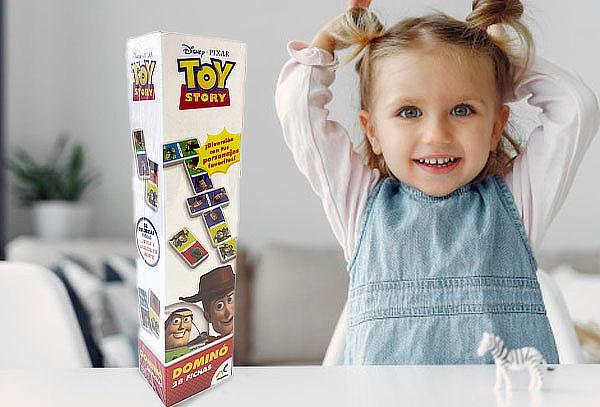 Domino en caja de toy story
