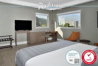 Habitación para dos en Radisson Curicó, Desayunos y más.