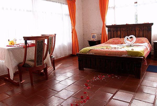 Noche rom ntica en suesca decoraci n velas desayuno for Decoracion noche romantica