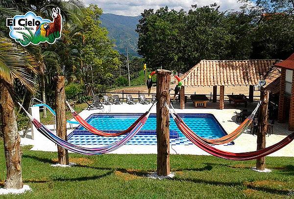 Girardota: Día de Sol para 2 + Almuerzo + Refrigerio