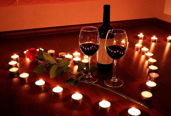 Tota: Noche Romántica + Decoración + 2 Copas de Vino