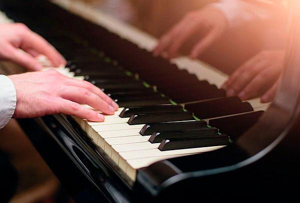 2 Clases de Acordeón, Piano o Guitarra a Elección