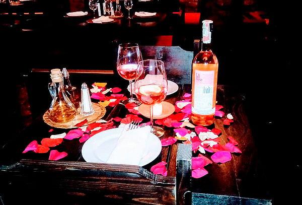 Cena Romántica con Copa de Vino  y Postre en Zona G