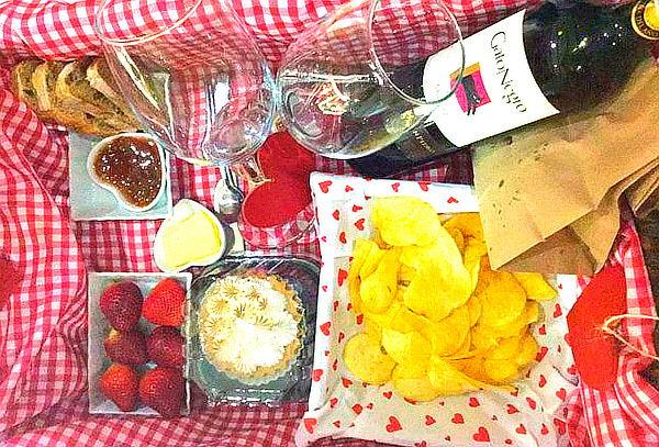 Cena Romántica Campestre + Botella de Vino y más