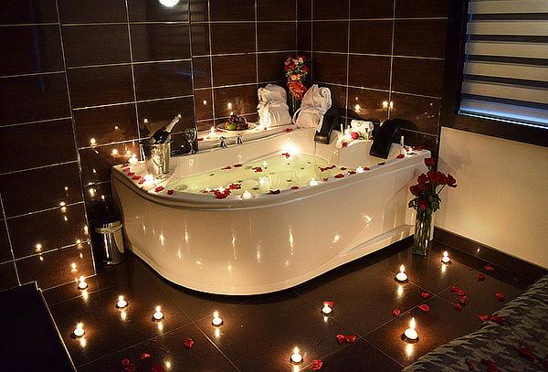 Noche Romántica en Suite + Jacuzzi + Vino + Bouquet 12 Rosas