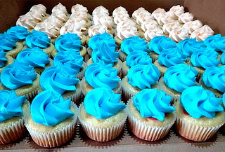 54 Cupcakes Medianos Rellenos de Dos Sabores a Domicilio