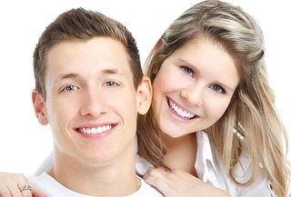Sonrisa impecable con blanqueamiento dental láser y más