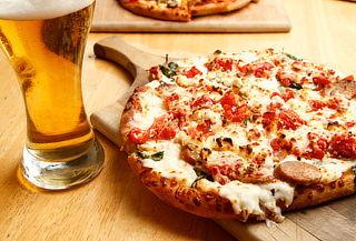 Pizza + Chelas en Purabrasa Condesa