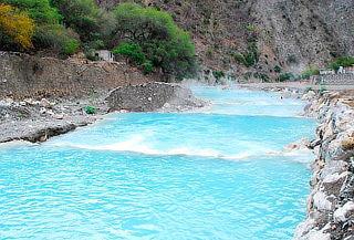 ¡Disfruta de Grutas de Tolantongo, aguas termales turquesa!