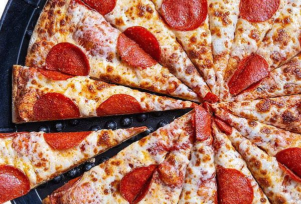2 Pizzas Grandes + 4 Bebidas + juego en Chuck E.Cheese´s®