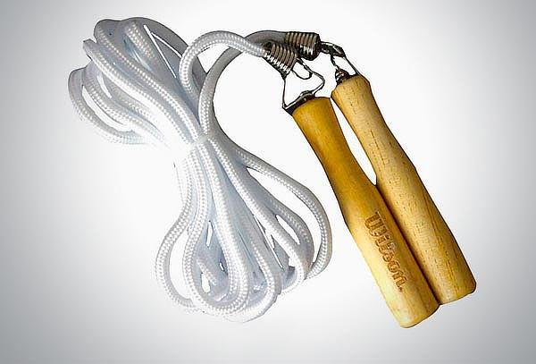 Cuerda para saltar Wilson con mango de madera