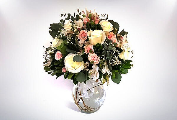 Bouquet clásico de Rosas y Astromelias en Florero de Cristal