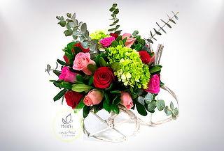 Arreglo Floral de Rosas y Hortensias en Triciclo Artesanal