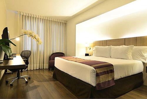 Noche para 2 Habitación Premium King + Desayunos - AKU Hotel