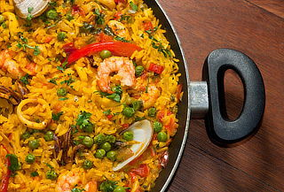 ¡Delicioso! Almuerzo Español con Paella y Más para Dos