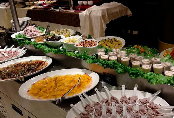 ¡Buffet Internacional! en Hotel Kingdom