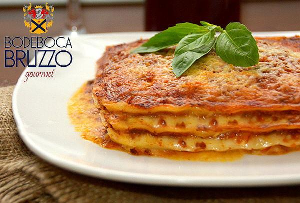 Lasagna a La Bolognesa + 02 Bebidas Twinings Bodeboca Bruzzo