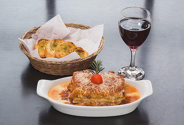 Lasagna ó Spaguetti Huancaina + Pan al ajo + Vino-Miraflores