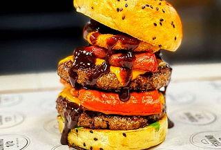 Término 1/2 Burger (incluye 1 guarnición) + Bebida